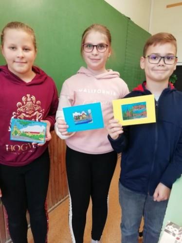 Angolos tanulók a kapott képeslapokkal
